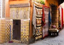 Antike Teppiche und Fliesenwand in Marrakesch lizenzfreie stockbilder