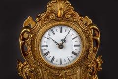Antike Uhr auf schwarzem Hintergrund Lizenzfreie Stockfotografie