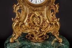 Antike Uhr auf schwarzem Hintergrund Stockfotografie