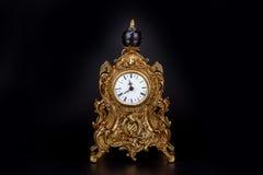 Antike Uhr auf schwarzem Hintergrund Lizenzfreie Stockfotos