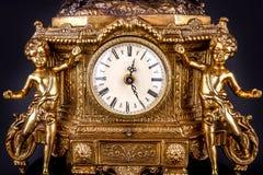 Antike Uhr auf schwarzem Hintergrund Stockfotos