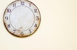 Antike Uhr, die an der Wand hängt Lizenzfreie Stockfotos