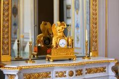 Antike Uhr mit Figürchen des Engels Stockfoto
