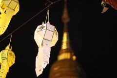 Antike und einzigartige thailändische Lampen in einem Tempel lizenzfreie stockbilder