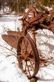 Antike, verrostet und krustig, Sämaschine im Schnee Stockfotos