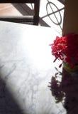 Antike weiße Marmorspitzentabelle mit Vase Blumen stockbild