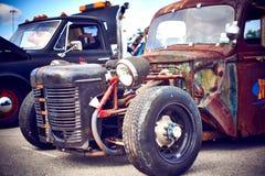Antike Weinlese und alte Autos stockbilder