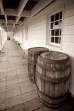 Antike-/Weinlese-Wein-Fässer in einem langen Gehweg an Lizenzfreie Stockfotos