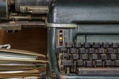 Antike Weinleseart der Schreibmaschine und alte Dokumente Stockbild