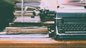 Antike Weinleseart der Schreibmaschine und alte Dokumente Lizenzfreie Stockbilder