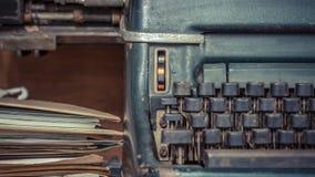 Antike Weinleseart der Schreibmaschine und alte Dokumente Stockfotos