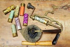 Antike Werkzeuge für das Rechargering von Jagdmunitionen Stockbilder
