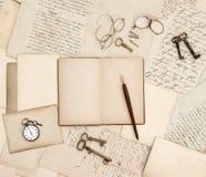 Antike Zusätze, alte Buchstaben, Uhr und Schlüssel Lizenzfreie Stockfotografie
