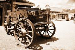 Antiker amerikanischer Wagen in der alten westlichen Stadt Stockbild