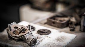 Antiker Automobilgang auf Werktisch Stockfotos
