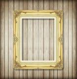Antiker Bilderrahmen auf hölzerner Wand; leerer Bilderrahmen Lizenzfreie Stockfotografie