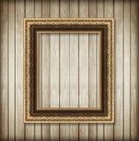Antiker Bilderrahmen auf hölzerner Wand; Leerer Bilderrahmen Stockfoto