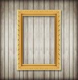 Antiker Bilderrahmen auf hölzerner Wand; Leerer Bilderrahmen auf w Lizenzfreie Stockbilder