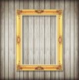 Antiker Bilderrahmen auf hölzerner Wand; Leerer Bilderrahmen auf w Lizenzfreie Stockfotos