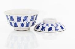 Antiker Chinaware auf weißem Hintergrund Lizenzfreie Stockfotografie