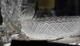 Antiker Crystal Glass Bowl im alten Shop mit Hintergrundbeleuchtung Lizenzfreie Stockfotografie