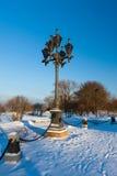 Antiker eisiger Laternenpfahl und schöner Schnee Stockfotos