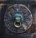 Antiker Griff auf einer Holztür, Augsburg, Deutschland Stockfotografie