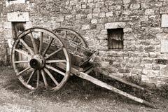 Antiker hölzerner Lastwagen-Rad-Wagen-Warenkorb am alten Bauernhof Stockfotografie
