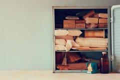 Antiker Holztisch kiton der ersten Hilfe der Weinlese Gefiltertes Bild Lizenzfreie Stockfotos