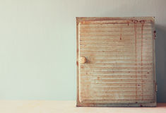 Antiker Holztisch kiton der ersten Hilfe der Weinlese Gefiltertes Bild Lizenzfreies Stockbild
