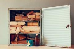 Antiker Holztisch kiton der ersten Hilfe der Weinlese Gefiltertes Bild Lizenzfreies Stockfoto