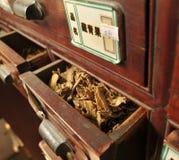 Antiker Kasten der chinesischen Medizin Stockfoto