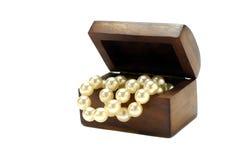 Antiker Kasten mit Perlen Stockfotografie