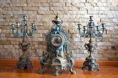 Antiker Kerzenhalter und eine alte Uhr Lizenzfreie Stockfotografie