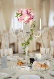 Antiker Kerzenständer mit Hochzeitsblumenstrauß Hochzeitskerzenständer mit Blumendekoration vor Hochzeitszeremonie Stockfoto