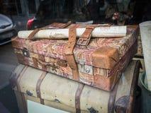 Antiker Koffer und Stamm beschmutzt im Paris-Shopfenster Lizenzfreie Stockfotografie