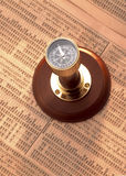 Antiker Kompass auf Aktienindex Stockfotografie