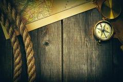 Antiker Kompass und Seil über alter Karte Stockfotos