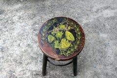 Antiker Kreisholzstuhl, Farbstempel, zum von Lotos und von Blatt zu ducken stockfotografie