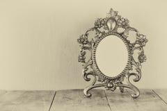 Antiker leerer Victorianartrahmen auf Holztisch Schwarzweiss-Artfoto Schablone, bereiten vor, um Fotografie zu setzen Lizenzfreies Stockbild