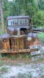 Antiker LKW, der weg im Wald verrostet stockbild