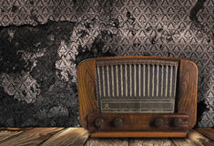 Antiker Radio auf Weinlesehintergrund Lizenzfreie Stockfotografie