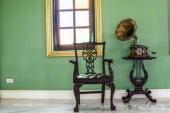 Antiker Rekordspieler und ein Stuhl in der Ecke stockbilder