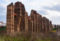 Antiker Roman Aqueduct in Mérida im Herbst Lizenzfreie Stockbilder