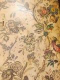 Antiker schäbiger schicker botanischer gemalter mit Blumenhintergrund Stockfotografie