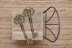 Antiker Schlüssel mit kleinem Stuhl Stockfotografie