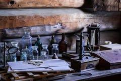 Antiker Schreibtisch mit Wissenschaftswerkzeugen Lizenzfreie Stockfotos