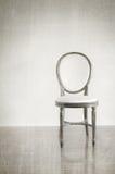 Antiker Stuhl mit grunge Arthintergrund Lizenzfreie Stockfotografie