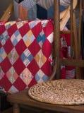 Antiker Stuhl und Steppdecken Lizenzfreies Stockfoto