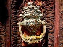 Antiker Tür-Klopfer stockfotos